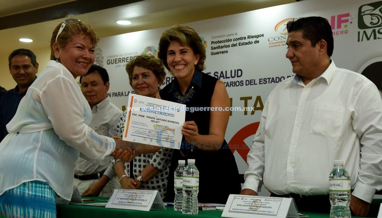Entrega Mercedes Calvo reconocimientos con motivo del Día Mundial sin Tabaco