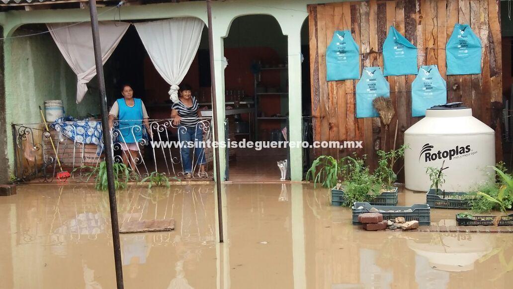Caída de árboles, viviendas inundadas, socavones y desgajamiento de cerros en Costa Grande