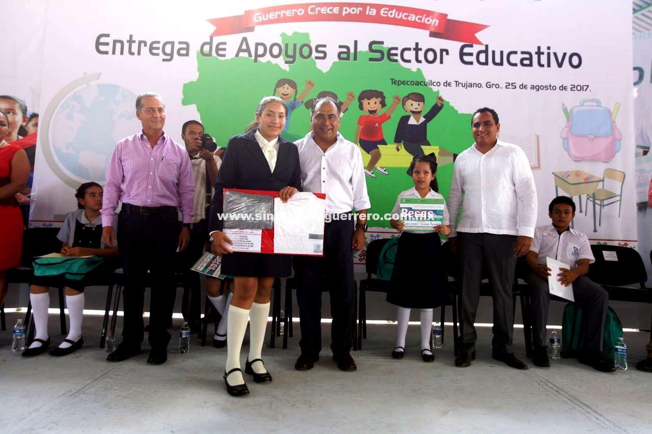 Entrega Astudillo apoyos a la educación en la zona norte