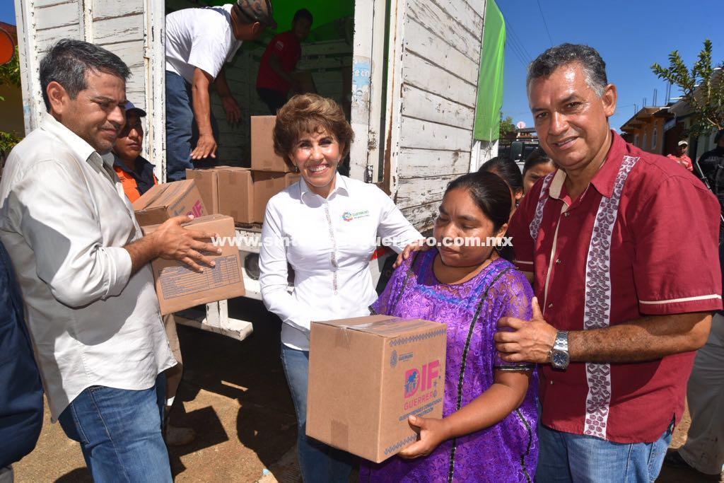 Entrega Mercedes Calvo apoyos a familias afectadas en Rancho Viejo