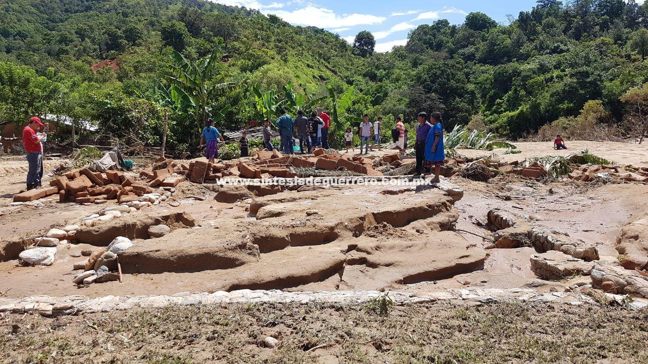15 familias damnificadas al desbordar río en Tlacoachistlahuaca