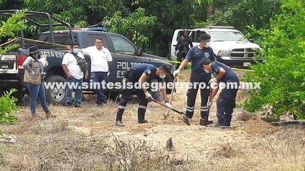 Localizan fosa clandestina en Zihuatanejo; exhuman dos cadáveres