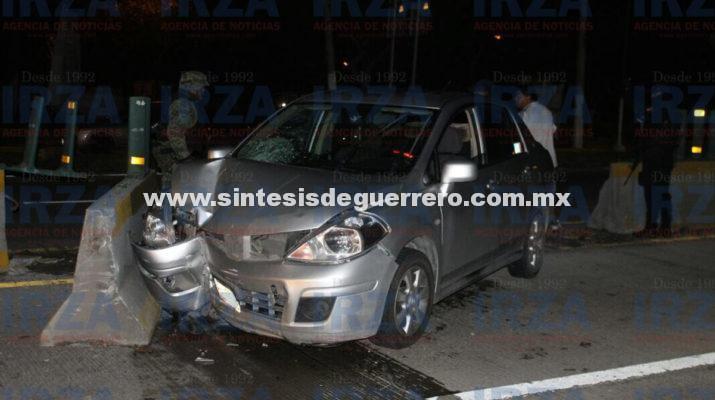 Arrolla vehículo a un hombre y se impacta con muro en el bulevar
