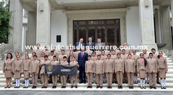 Conviven niños guerrerenses con el presidente Enrique Peña Nieto