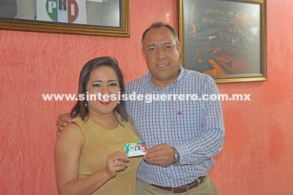 Entrega Heriberto Huicochea credencial de afiliación a Yamileth Natalia Payán Sánchez