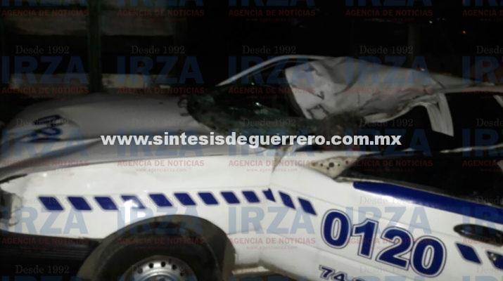 Madre e hija sufren graves lesiones al chocar un taxi contra dos caballos
