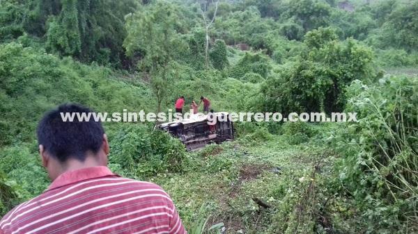 Vuelca camioneta pasajera en la carretera federal Acapulco-Pinotepa; tres heridos