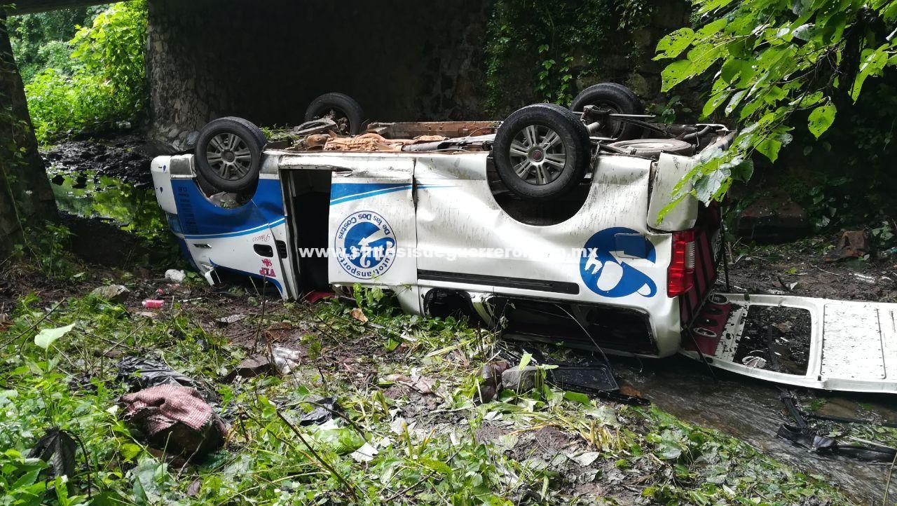 Vuelca camioneta urvan del servicio público en la carretera federal Zihuatanejo – Ciudad Altamirano