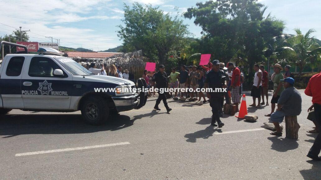 Bloqueo intermitente de más de siete horas en la carretera federal Acapulco-Zihuatanejo