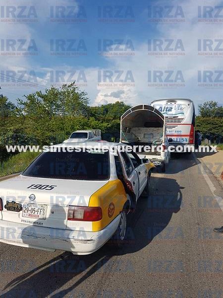 Carambola entre autobús, camioneta y un taxi deja una lesionada, en Copala