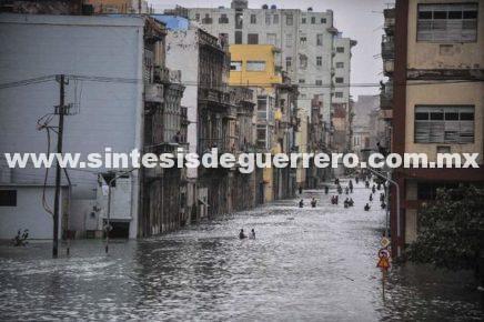 Olas de once metros inundan litoral de La Habana