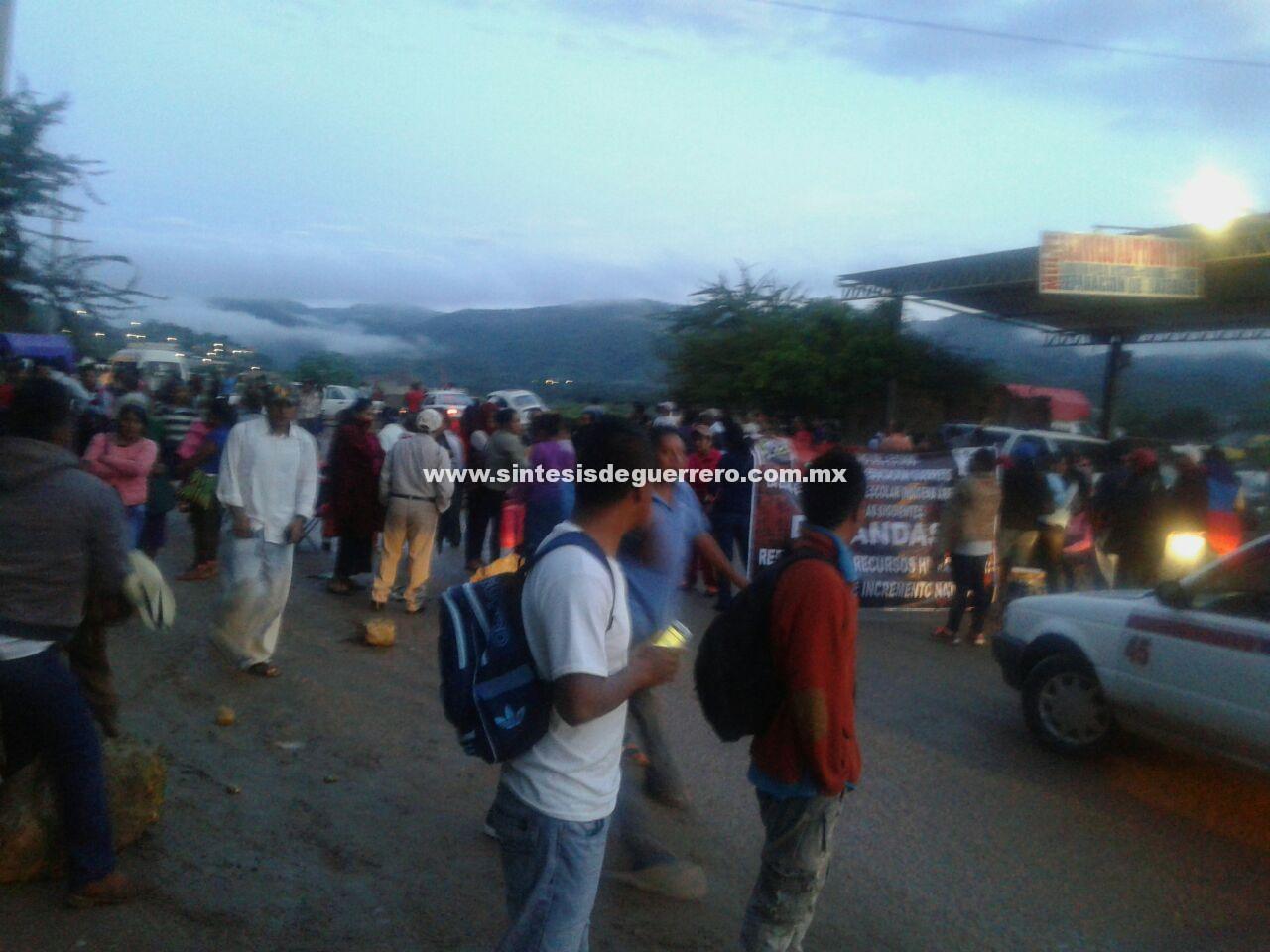 Padres de familia y maestros bloquean la carretera federal Chilpancingo-Tlapa