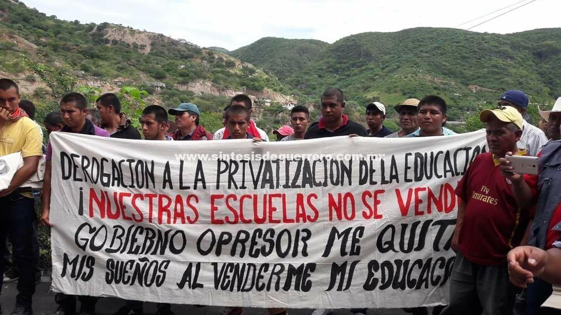 Cierran dos días las entradas y salidas de Tlapa, para exigir construcción de escuelas