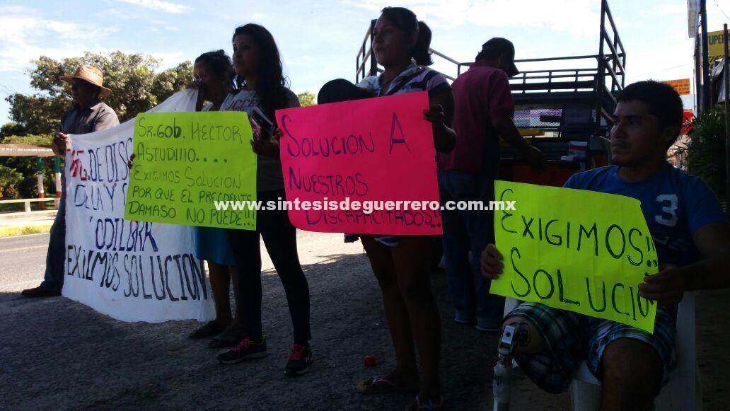 Discapacitados, adultos mayores y madres solteras, bloquean la Acapulco-Zihuatanejo