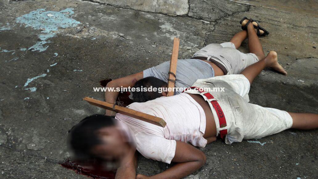 Dejan dos masculinos en pleno centro, ejecutados y con narco mensaje