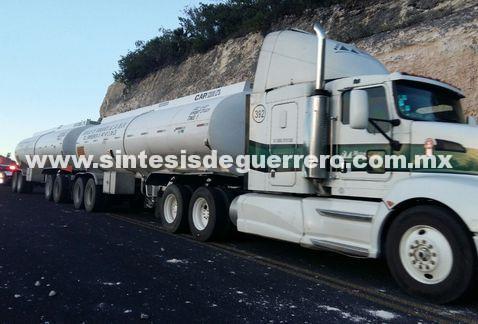 Normalistas de Ayotzinapa, roban pipa con combustible, vehículos de empresas trasnacionales y retienen a cuatro policías.