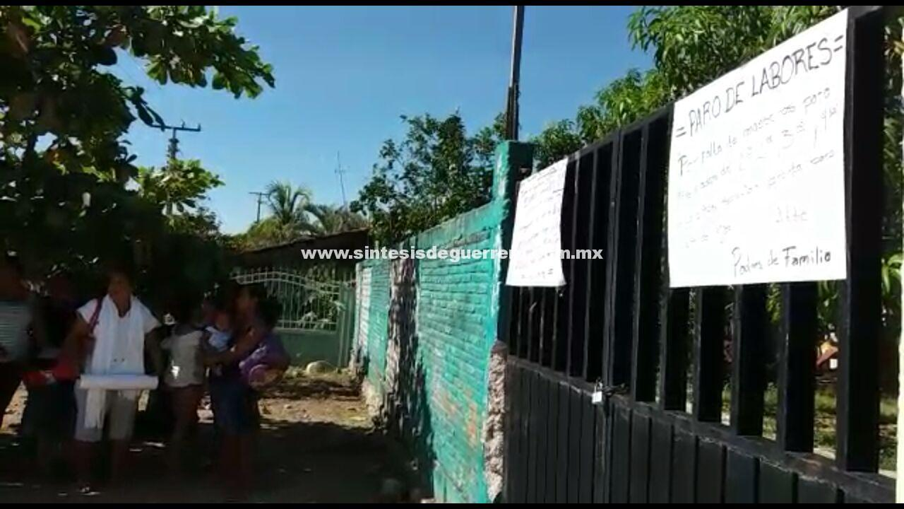"Padres de familia toman la escuela ""Benito Juárez"", en Atoyac"