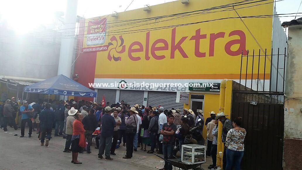 Bloquean bancos y centros comerciales en Tlapa, Guerrero