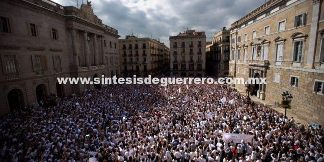 Miles de españoles inundan las calles por el conflicto catalán