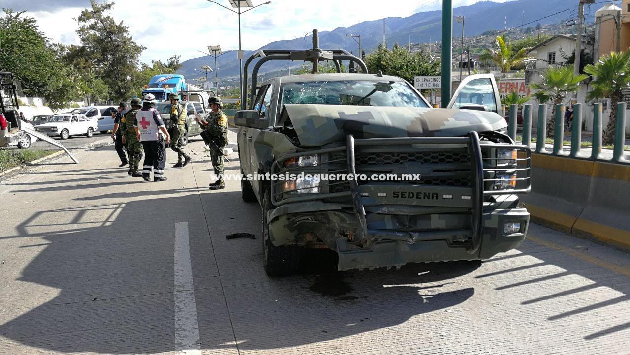 Choque entre camioneta del Ejército y otra unidad, en el boulevard de Chilpancingo