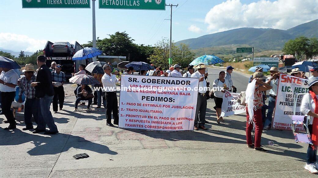 Bloquean en Chilpancingo y Tecoanapa, por pensiones y reconstrucción de aulas