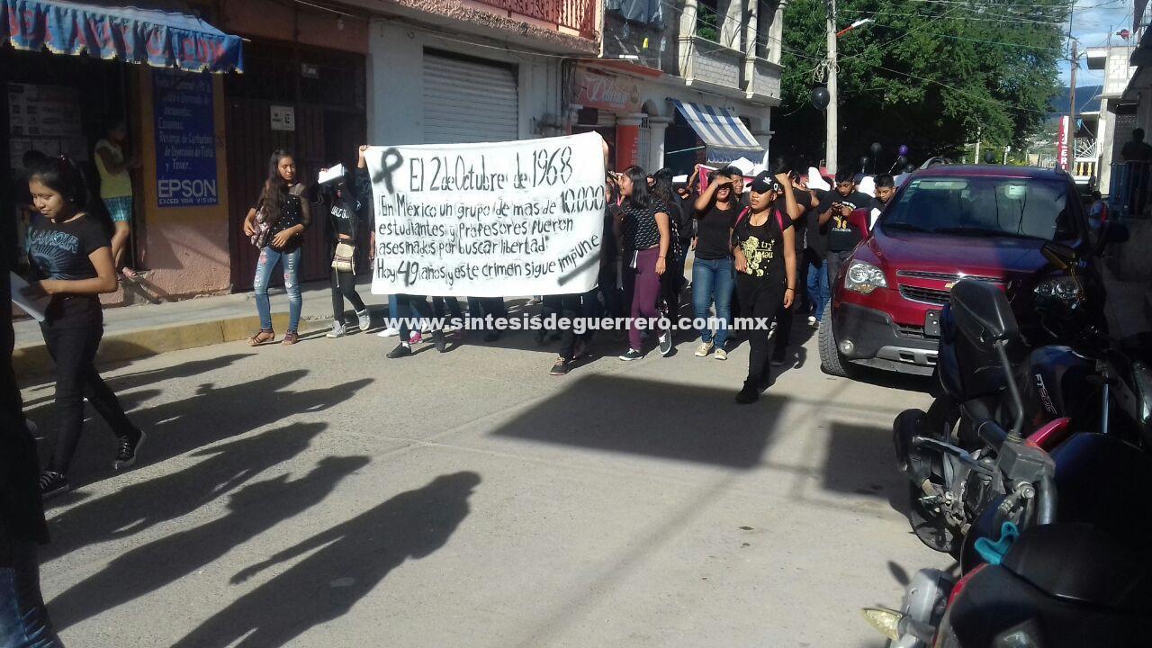 Conmemoran alumnos de la preparatoria número once de Tlapa aniversario de la masacre de Tlatelolco