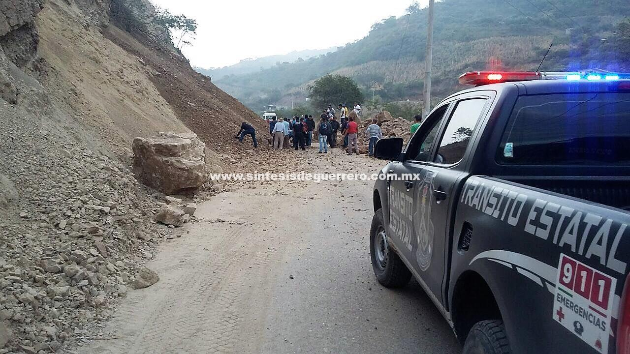 Derrumbe impide el paso en la carretera Tlapa-Marquelia