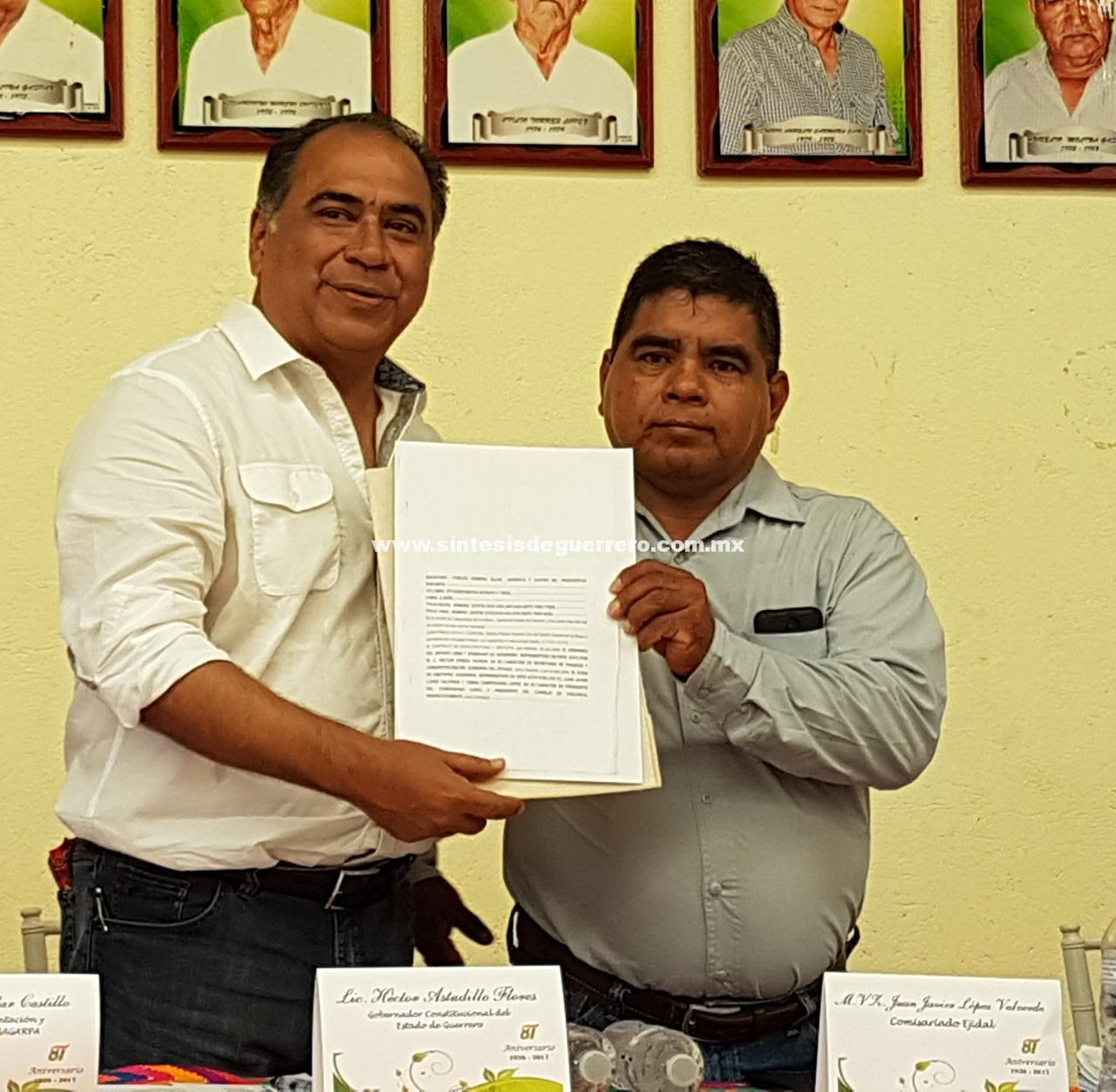 Entrega Héctor Astudillo las escrituras de la Casa Agraria de Ometepec