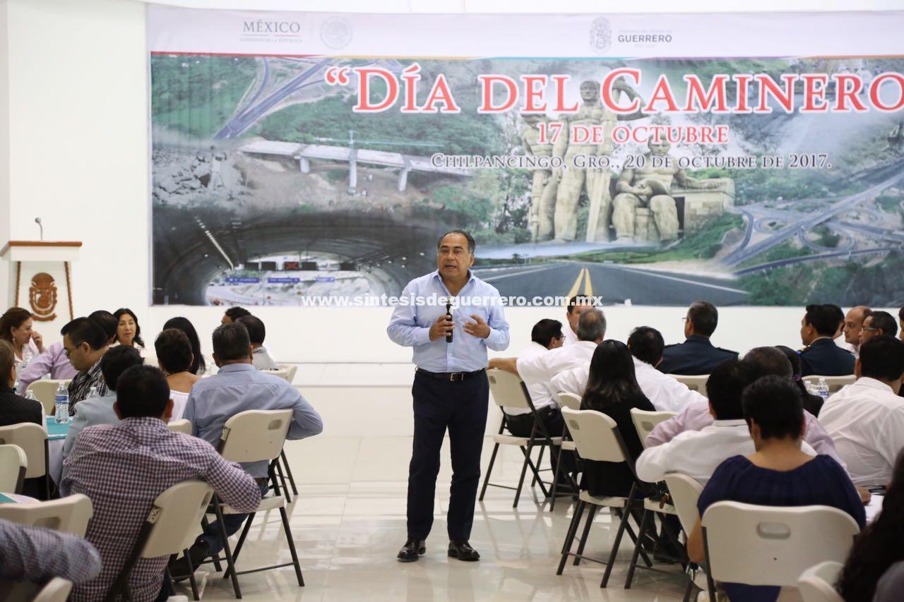 Entrega gobernador de Guerrero reconocimientos por años de servicio al personal de SCT en el marco del Día del Caminero
