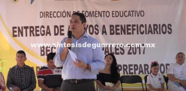 (Video) Entrega Evodio Becas a estudiantes