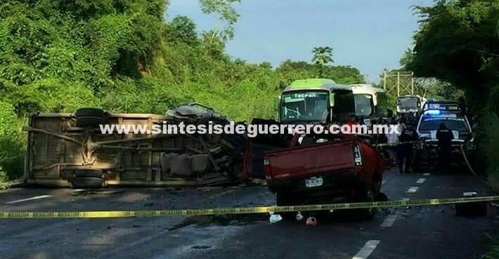 Mueren en percance automovilístico enfermera y vendedor de limones en Costa Grande