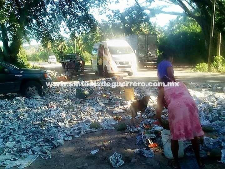 Festín de papayas al volar camión que las transportaba en Tecpan, Guerrero