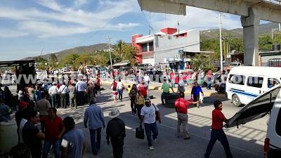 Ante amague de desarme, comunitarios de Petaquillas bloquean cuatro horas carretera federal