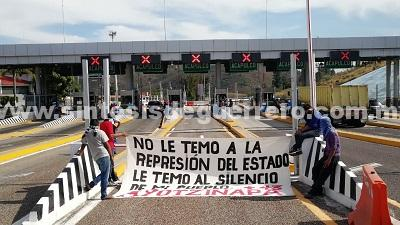 Normalistas de Ayotzinapa toman por segundo día, caseta de la Autopista del Sol