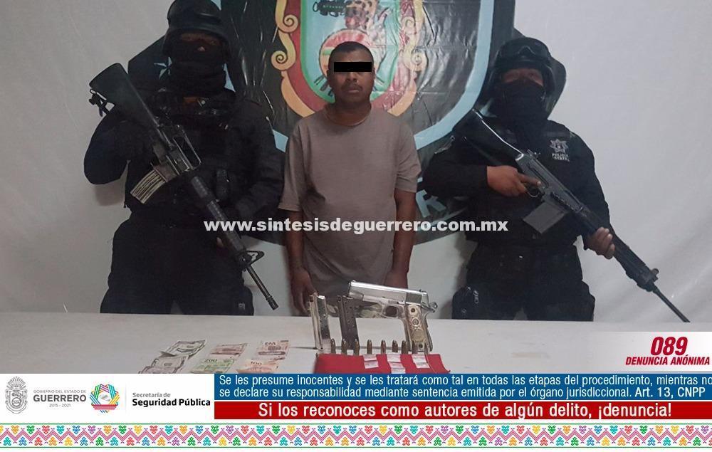 Policías estatales aseguraron en Cuajinicuilapa a masculinosculino en posesión de arma de fuego y presunta cocaína