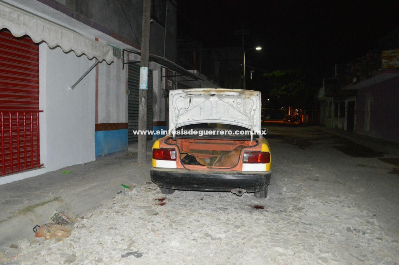 """Asesinan y dejan """"encajueladas"""" a dos personas, en un taxi en Acapulco"""