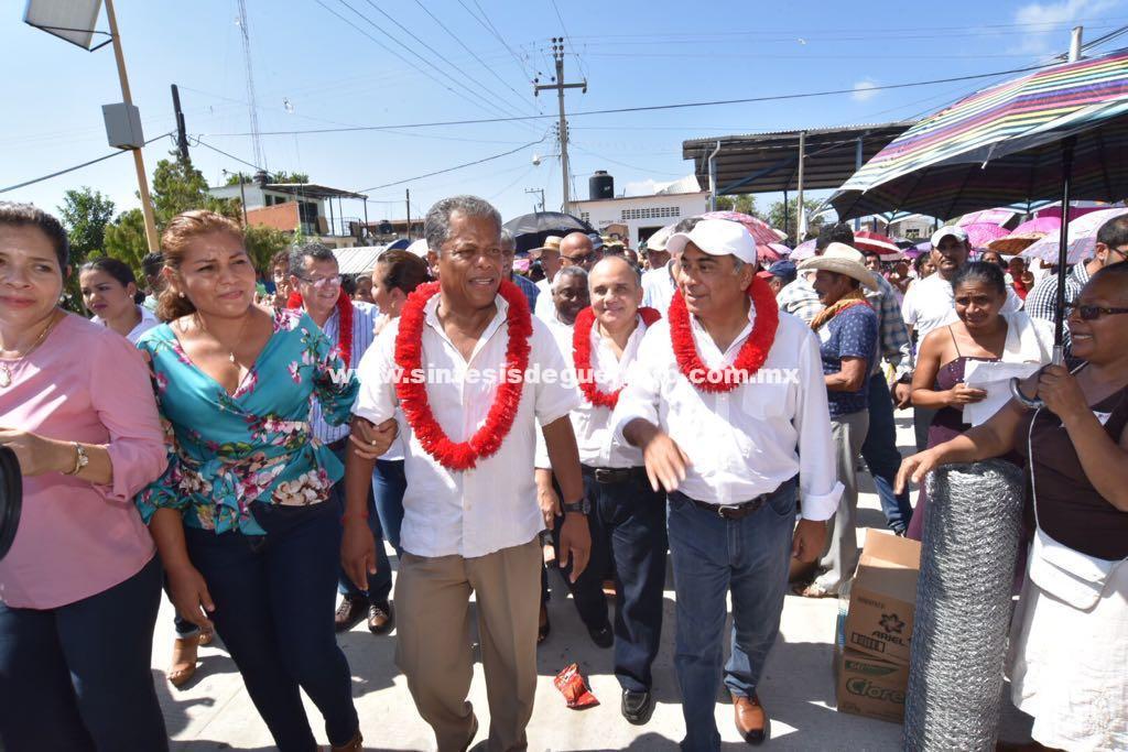 """""""Avancemos y no retrocedamos"""", señala gobernador de Guerrero al entregar apoyos a familias damnificadas y campesinos de la Costa Chica"""