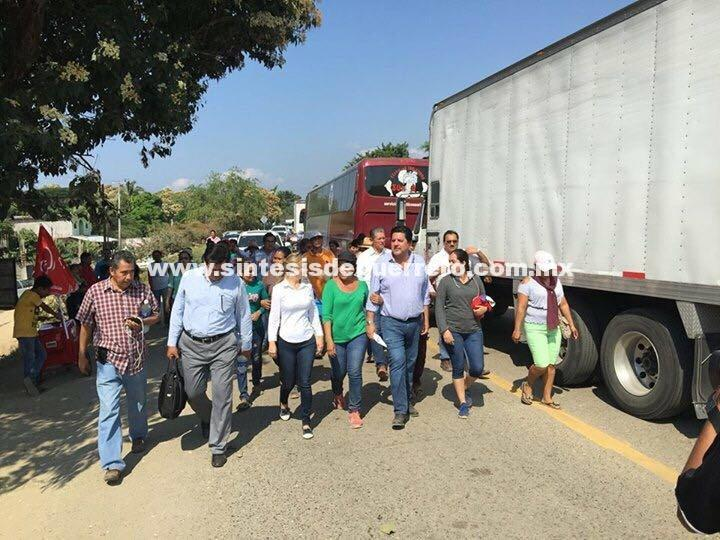 Tras diálogo retiran bloqueo en la carretera Zihuatanejo-Acapulco