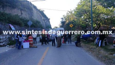 Bloquean colonos para exigir la instalación de drenaje, en Chilpancingo