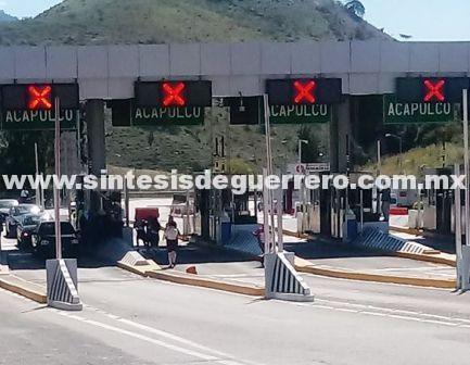 Normalistas dejan libre paso en la Autopista del Sol en la caseta de peaje de Palo Blanco