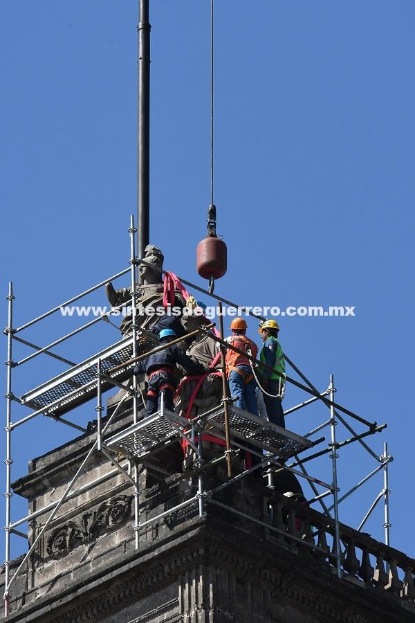 Retiran las esculturas de Manuel Tolsá de la Catedral Metropolitana para su evaluación y restauración