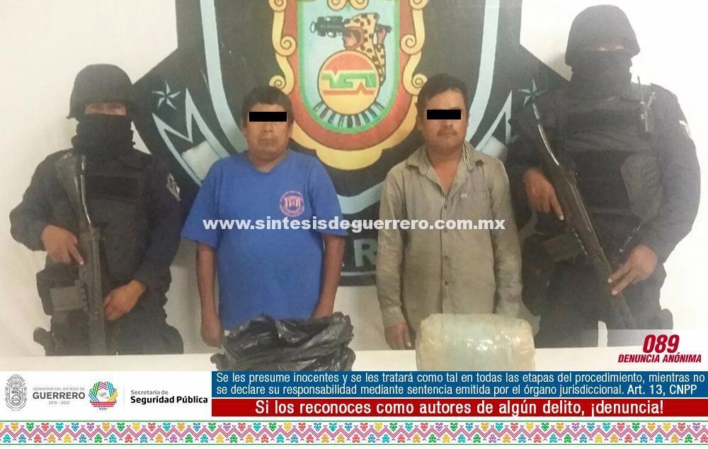 Asegura policía estatal a dos masculinos en la carretera Zacualpan-Xochistlahuaca en posesión de presunta marihuana