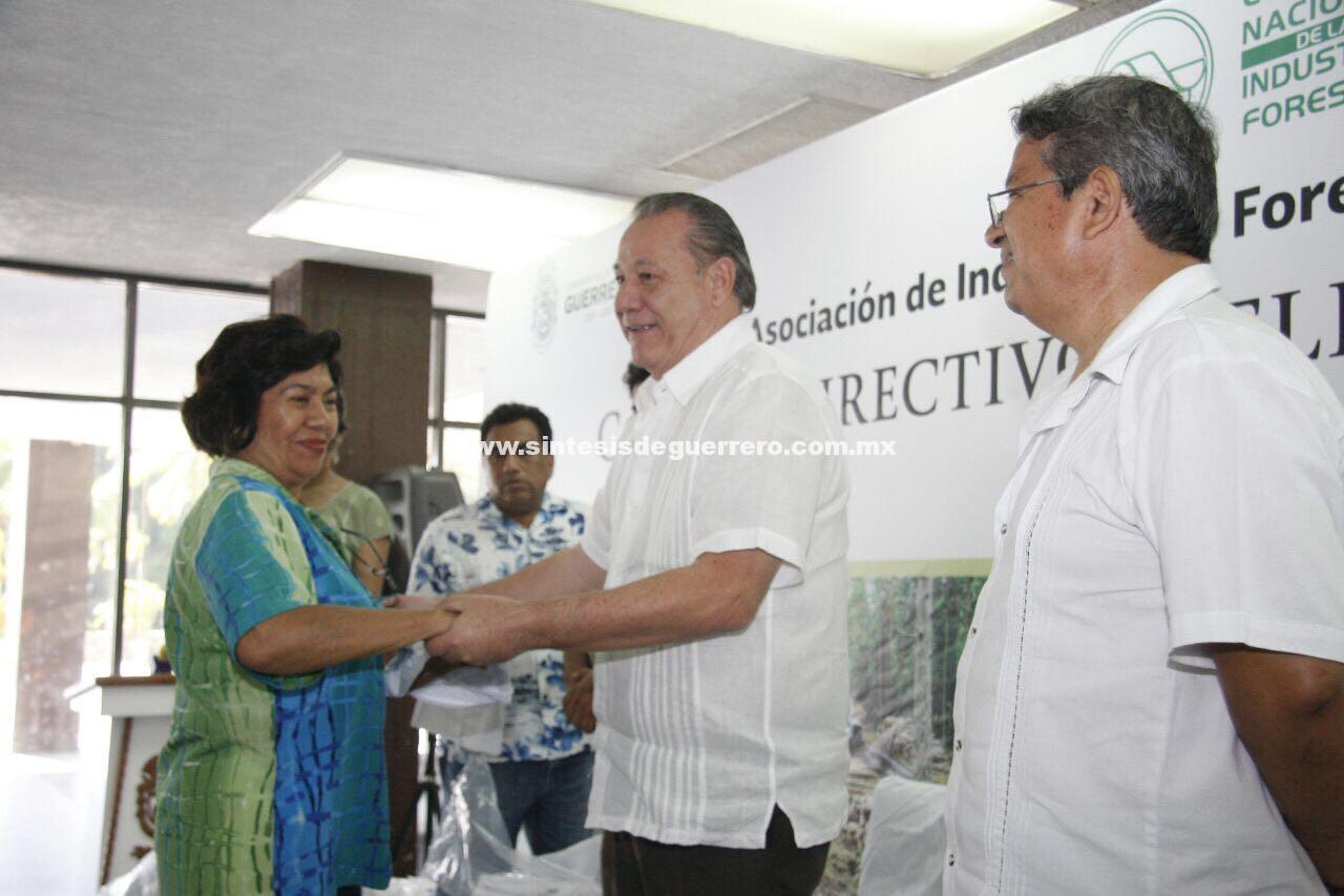 Cumpliendo con el compromiso de mandatario estatal entrega Rodríguez Escalona, uniformes a los guías certificados del puerto de Acapulco.