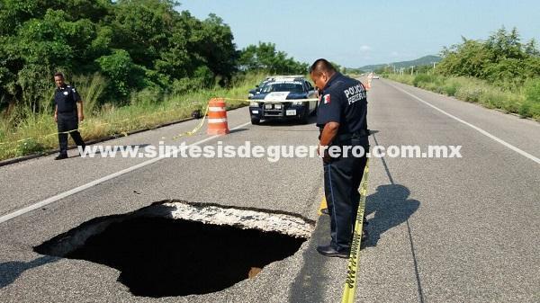 Socavón en carretera Centenario-Bicentenario, Acapulco-Zihuatanejo