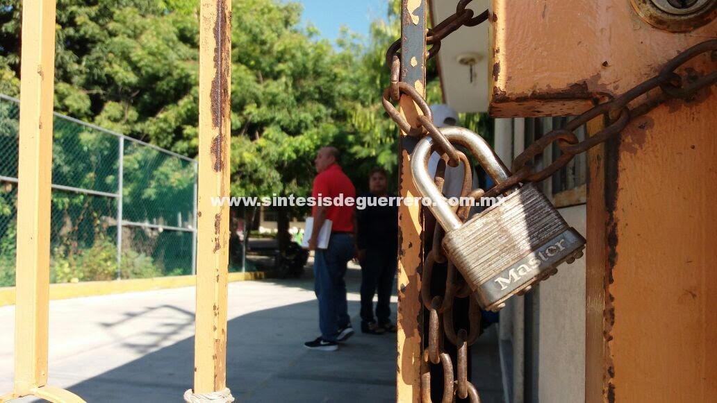 Cierran accesos de oficinas de educación en Costa Grande