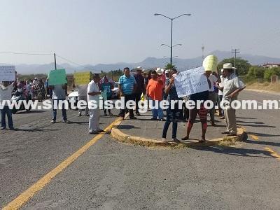 Bloquean Carretera Federal Altamirano -Arcelia, en exigencia de que libéren a Armando García
