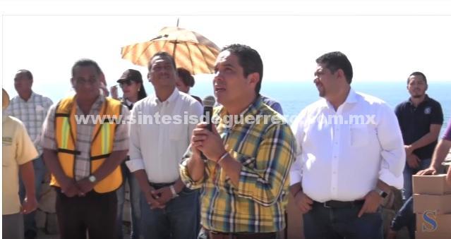 (Video) Entrega Evodio apoyos a personal operativo que participan en la limpieza de Acapulco
