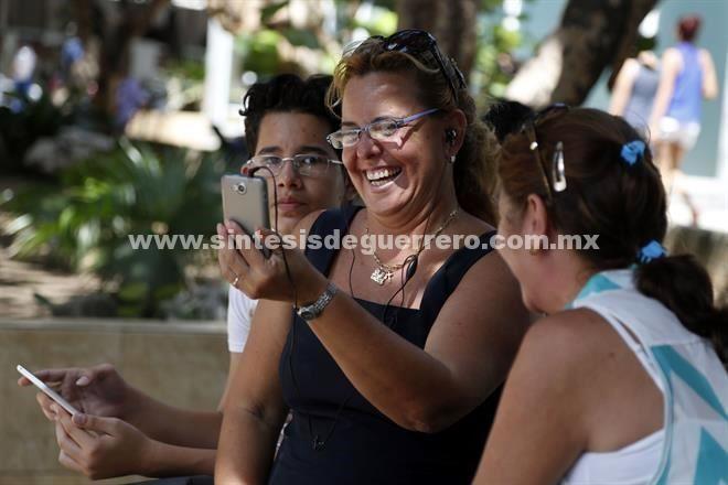 Llegará internet a teléfonos cubanos