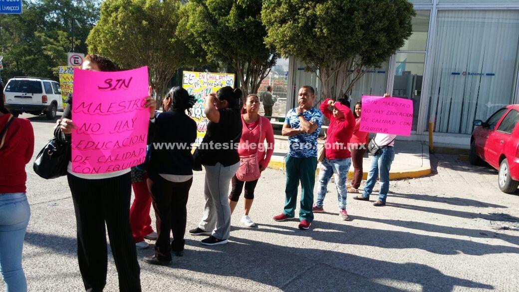 Bloquean padres de familia en Chilpancingo para exigir reposición de un maestro