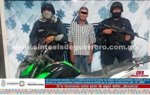 Policías Estatales aseguraron en Petatlán a masculino en posesión de motocicleta con reporte de robo